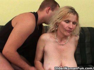 बड़े स्तन और बालों बिल्ली के साथ पुराने माँ चेहरे हो जाता है