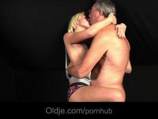 गोरा उसके प्रेमी से फेंक दिया किशोर सेक्स जरूरतों के लिए Oldman fucks