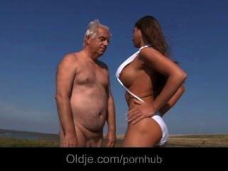 बड़े स्तन नन्हा fucks समुद्र तट पर एक Oldman