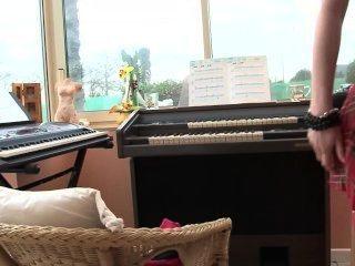 पियानो शिक्षक सबक अधिक घनिष्ठ बनाता है