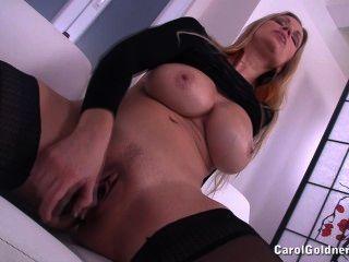 कैरल उसे गीला योनी fucks