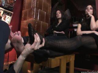 लारिसा और अमांडा footslave के साथ खेलते हैं