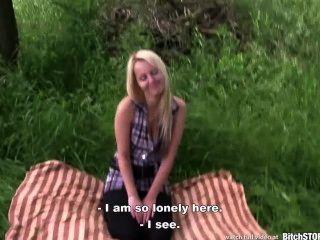 कुतिया रोक - गोरा किशोरों Katerina गड़बड़ आउटडोर