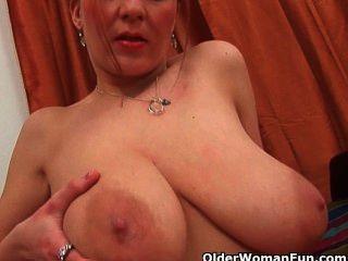प्राकृतिक बड़े स्तन और अच्छी तरह से इस्तेमाल बिल्ली के साथ फुटबॉल माँ
