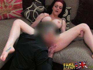 2 कास्टिंग सोफे बकवास के लिए मूर्ख बनाया अद्भुत स्तन के साथ श्यामला FakeAgentUK