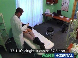 नकली अस्पताल यौन उपचार दर्द की भव्य Busty रोगी moans बदल जाता है