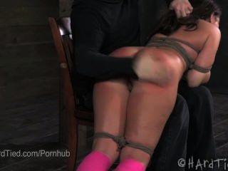मिया गोल्ड तंग बंधन में spanked
