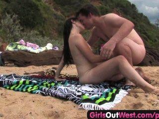 प्यारी समुद्र तट पर एक अजनबी कमबख्त