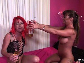 Pissing के साथ दो गर्म समलैंगिक खेलने