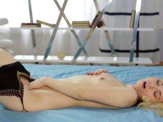 सेक्सी युवा सुनहरे बालों वाली लड़की सोलो