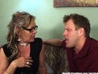 कामुक stepmom उसके सौतेले बेटे का लाभ लेता है