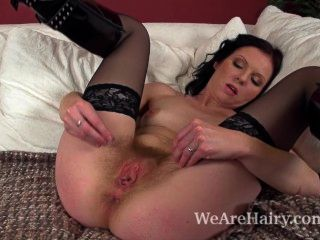 बालों वाली लड़की Josselyn चिकना dildo के साथ हस्तमैथुन