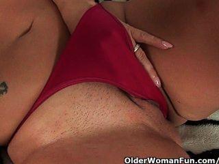 बड़े स्तन के साथ उमस भरे एमआईएलए दो dildos के साथ खुद को fucks