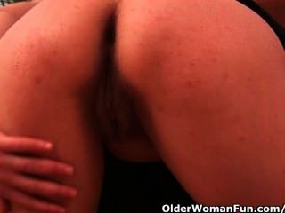 42 साल बड़े स्तन के साथ पुराने फुटबॉल माँ एक dildo fucks