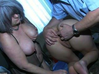 सेक्सी जवान लड़की ओल्ड मैन और अपने पुराने मोटा दादी के साथ खेल रहा
