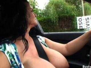 कार ड्राइविंग और सार्वजनिक चमकती