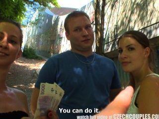 चेक युगल युवा जोड़े सार्वजनिक शराब पी और नशे के लिए पैसे लेता है
