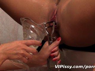 सेक्सी गर्लफ्रेंड गर्म पेशाब में स्नान