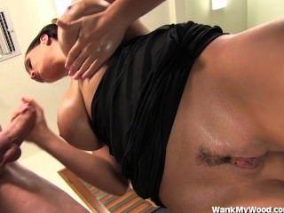 कार्यालय Handjob सह में शामिल बड़े स्तन की ओर जाता है