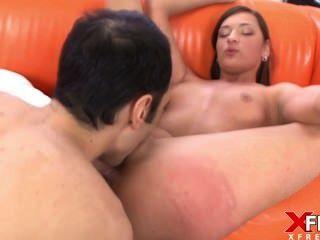तेजस्वी श्यामला पहली बार अश्लील मिलती है और वह प्यार में पड़ जाता