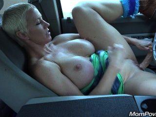 बिग तैसा एमआईएलए कार में masturbates