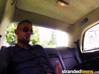 strandedteens - सेक्सी किशोरों की एक टैक्सी में मुर्गा बेकार है