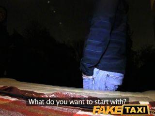 FakeTaxi गोरा टैक्सी टैक्सी में उसकी किट बंद हो जाता है