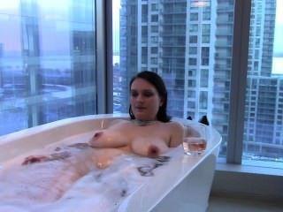सेक्सी बड़ी चूची श्यामला पत्नी एक स्नान और mouthfucks मुर्गा लेता है