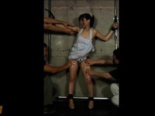 जापानी लड़की तेल से सना हुआ और गुदगुदी जब तक वह pees