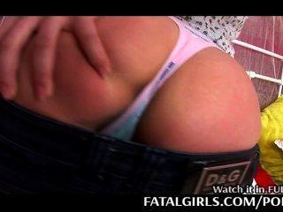 युवा लड़की उसके छोटे स्तन दिखाने