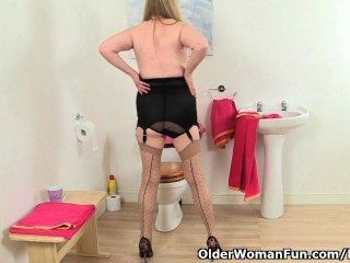 ब्रिटिश दादी अमांडा देगास बाथरूम में masturbates