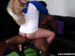 सफेद लड़की एक बड़ा काला डिक के साथ असहाय आदमी का लाभ लेने