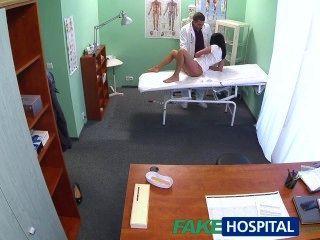 FakeHospital गर्म काले बालों वाली माँ डॉक्टर के साथ पति को धोखा देती