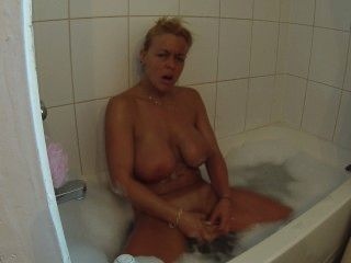 मेरे स्तन को soaping, जबकि खुद को संभोग सुख तक बुलबुला स्नान में dildoing