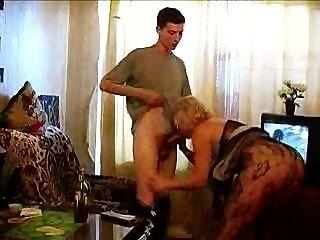 दादी एक बोतल और डिक लेता है!