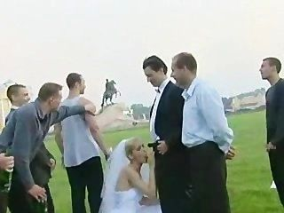 दुल्हन एक से अधिक पुरुष द्वारा सड़क पर गड़बड़ कर दिया!