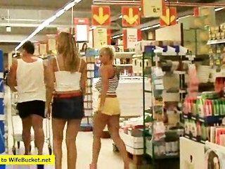 किराने की दुकान आवारा लड़की कुछ भी है कि फिट बैठता है