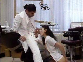 दंत चिकित्सक अपने मरीज व्यवहार करता है