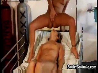 समलैंगिक कामोत्ताप उसे ठीक चेहरे पर splashing