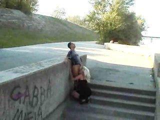 गर्म यूरोपीय लड़की पार्क में fucks