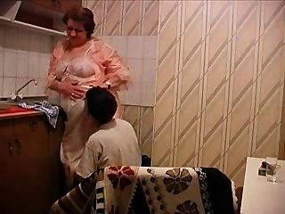 दादी रसोई घर में गड़बड़ हो जाता है