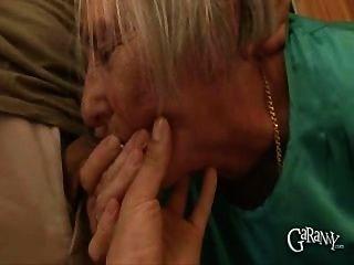 दादी उसे डेन्चर बाहर ले जाता है