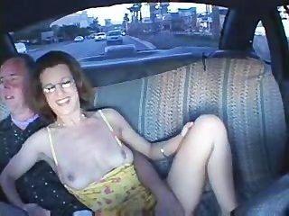जोड़े को एक टैक्सी में सेक्स कर