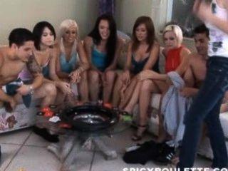मसालेदार रूले खेल 6 गर्म लड़कियों