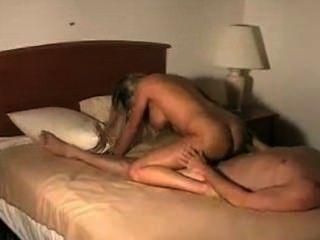 होटल के कमरे में त्रिगुट