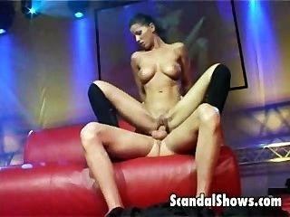 लाइव सेक्स शो के दौरान जोड़े को मंच पर कमबख्त