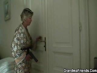 सेक्सी माँ दो लुटेरों पाता है और उन्हें उसे धमाके बनाता है