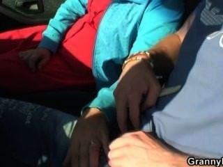पुराने कुतिया एक अजनबी से कार में पकड़ा जाता है