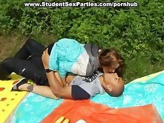 अश्लील पार्टी में गर्म foursome छात्र सेक्स