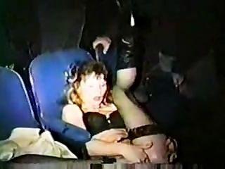 XXX वयस्क थियेटर में फूहड़ पत्नी गिरोह बैंग